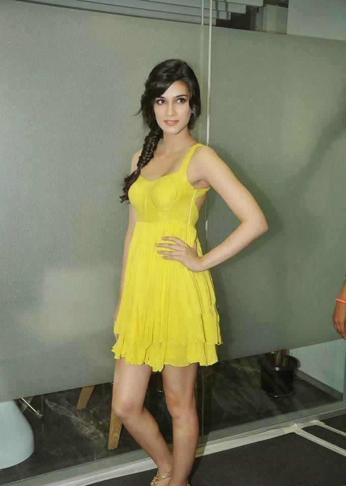 Kriti Sanon exposing her sexy bra tight bra of kriti sanon underwear exposed black panty