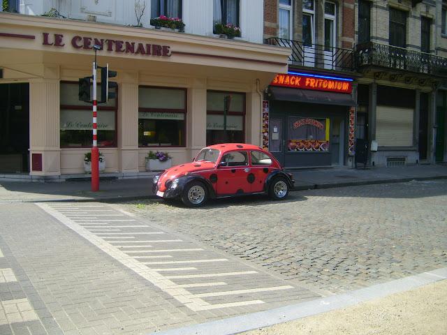 Фольксваген Жук на улице Брюсселя в раскраске божьей коровки