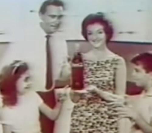 Propaganda da Coca-Cola nos anos 50 com sua garrada tamanho família.