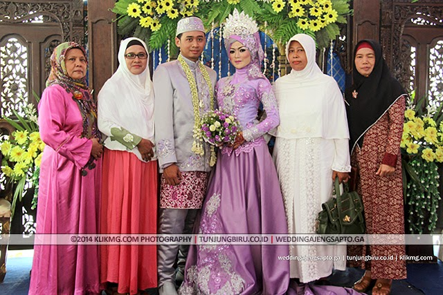 Pose Bersama Keluarga dalam Busana Hijab Purple Wedding Ajeng Sapto | Tata rias oleh : Tunjungbiru.co.id | Foto oleh : Klikmg Fotografi