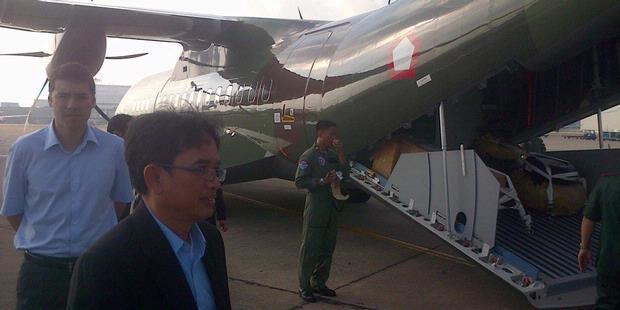 Direktur Utama PT Dirgantara Indonesia Budi Santoso (berjas), bersiap memasuki CN-295 milik TNI Angkatan Udara. Pesawat yang sedang road show ke enam negara ASEAN ini, bersiap terbang dari Ho Chi Minh menuju Hanoi, Vietnam, Minggu (26/5/2013).
