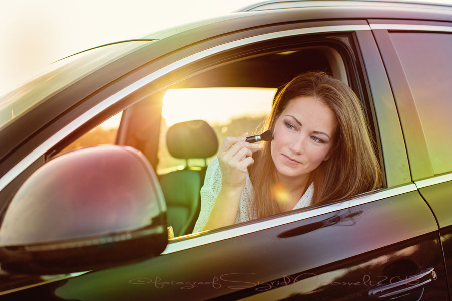 naine-meigib-autos-fotopesa-sigrid-proosvelt