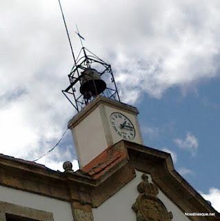 El reloj de la fachada principal del ayuntamiento de Candelario Salamanca