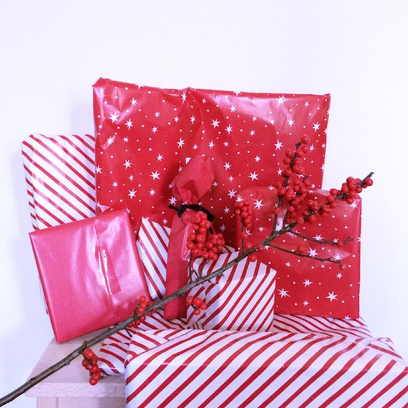 Paquet de noël avec papier cadeaux Hema