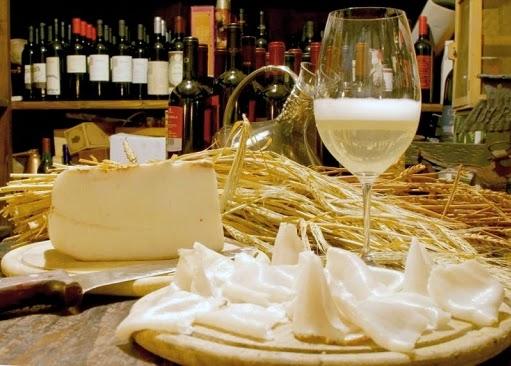 Aperitif mit Lardo und Wein
