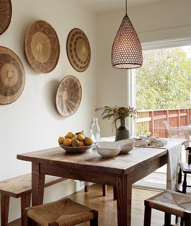 lustre e enfeites na parede com mesa rústica