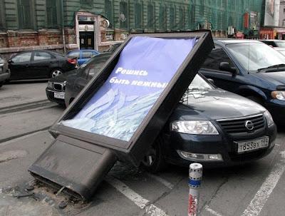 """Разрушенный рекламный борд с надписью """"Решись быть нежным!"""""""
