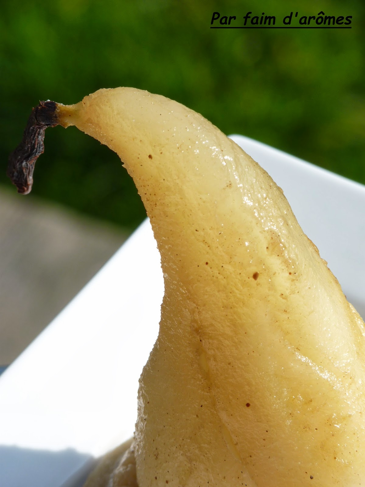 Poire pochée à la Guiness® et sablé à la fève tonka
