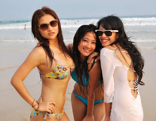 Kelakuan Selebritis Kita Kalau Lagi Di Pantai