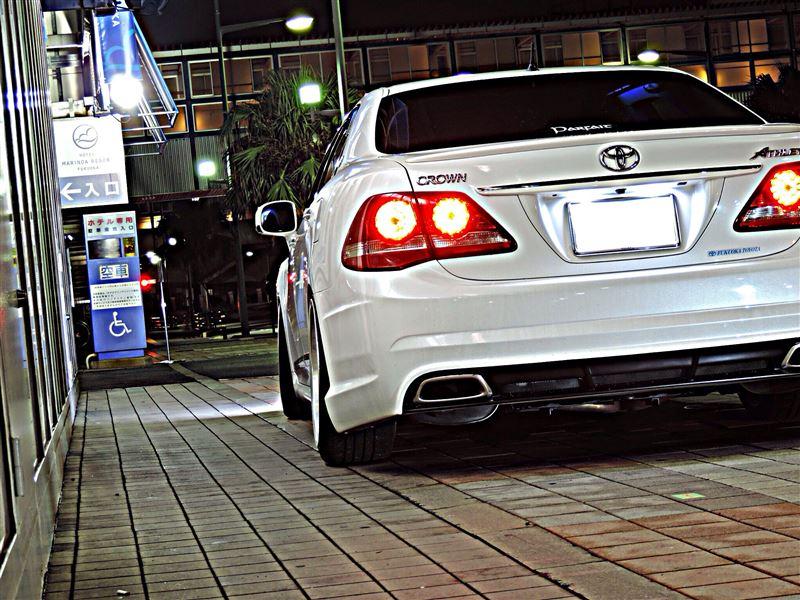Toyota Crown Athlete S200, luksusowy sedan, japońskie auto, napęd na tył, RWD, silnik V6, ciekawy, oryginalny design, piękny, biały, tył, lampy, japońska motoryzacja