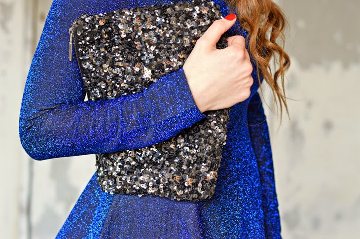 idee outfit come vestirsi a capodanno new year eve outfit ideas what to wear on new year eve H&M blue glitter sparkling top outfit oro outfit argento outfit nero capodanno paillettes clutch Benetton Grey Faux Fur Jacket The Sparkling Cinnamon