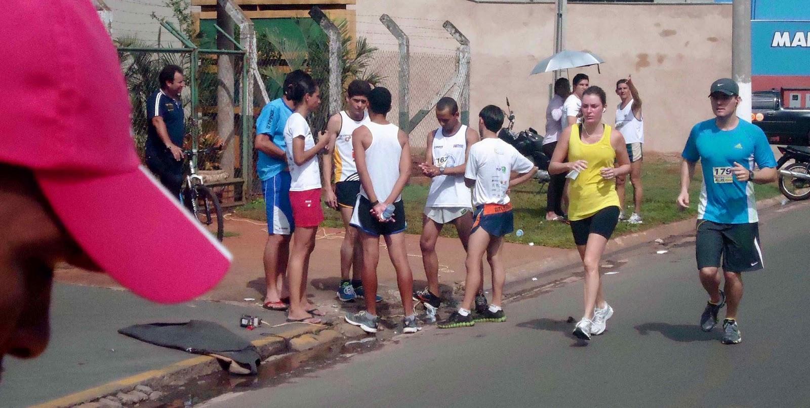 Foto 188 da 1ª Corrida Av. dos Coqueiros em Barretos-SP 14/04/2013 – Atletas cruzando a linha de chegada
