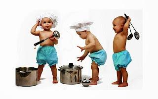 Bayi-bayi lucu bermain masak-masakkan