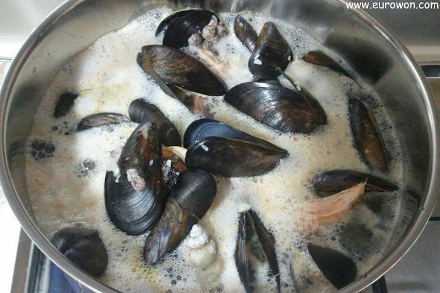 Marisco cociéndose en una olla