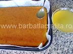 Prajitura cu gris si lamaie preparare reteta - turnam siropul peste blatul racit