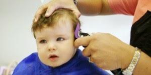 mencukur rambut anak bayi