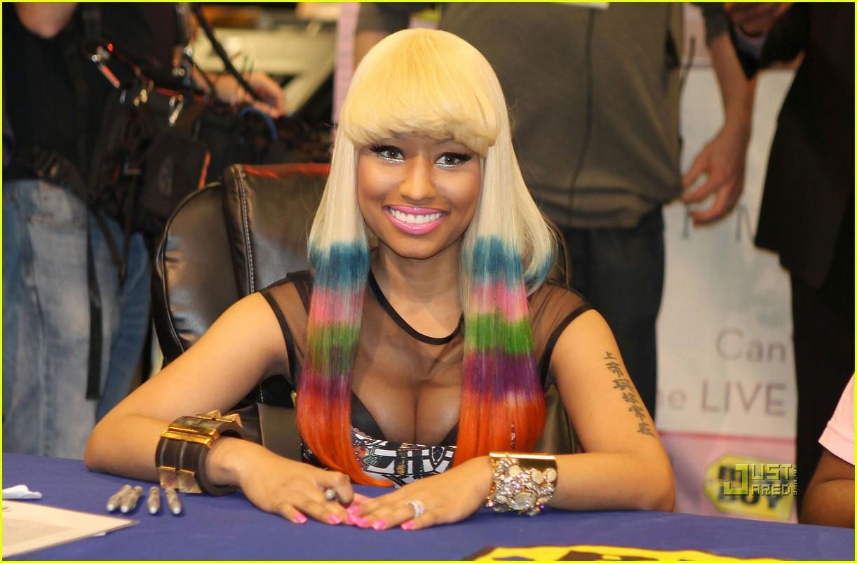 http://2.bp.blogspot.com/-V_plZYym9hc/T-m0pxN0_LI/AAAAAAAACj4/tQTc4yJhKiw/s1600/nicki-minaj-rainbow-hair-at-album-signing-05.jpg