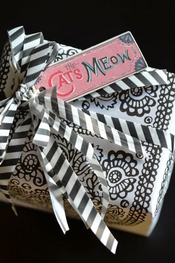 mustavalkoinen lahjapaketti Marimekon paperista