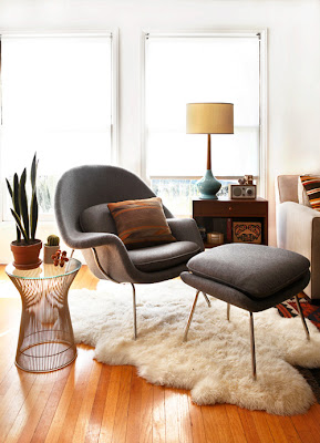 Living room with grey Womb Chair