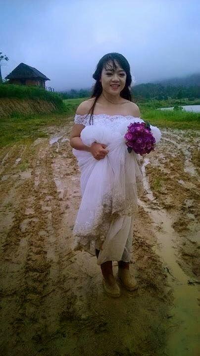 Nụ cười hạnh phúc của 'cô dâu lội bùn' khiến dân mạng cảm động