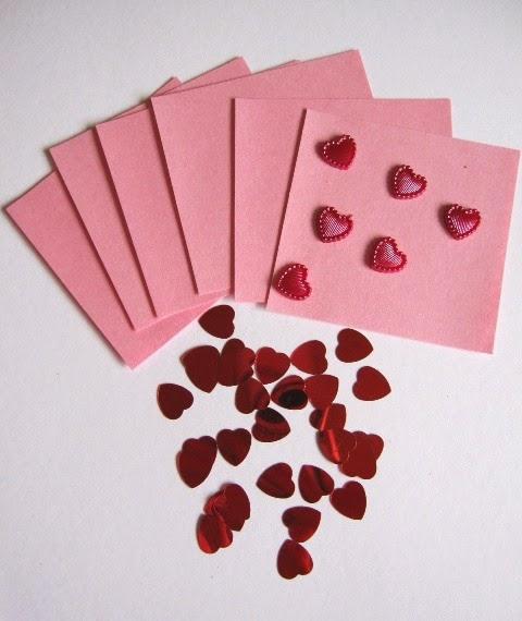 tarjetas y corazones rosas