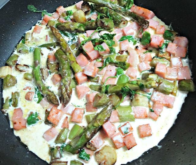 Esparragos, jamón, perejil y crema de leche para finalizar la salsa, en la sartén