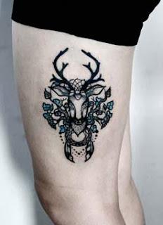 Tatuagem de cervo na coxa