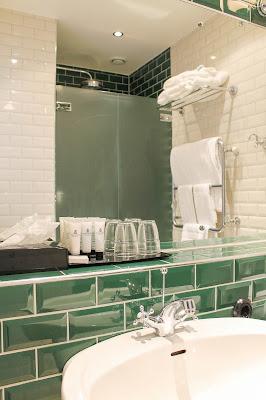 Badrum med grönt kakel. Foto: Erika Åberg