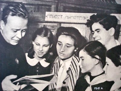 Аркадий Гайдар читает детям