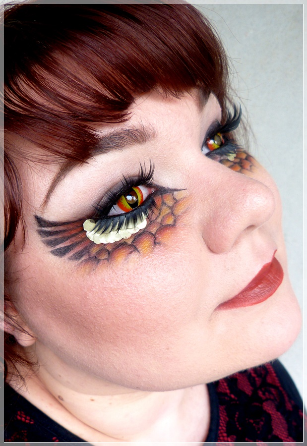 Drachen Makeup und mit Kontaktlinsen