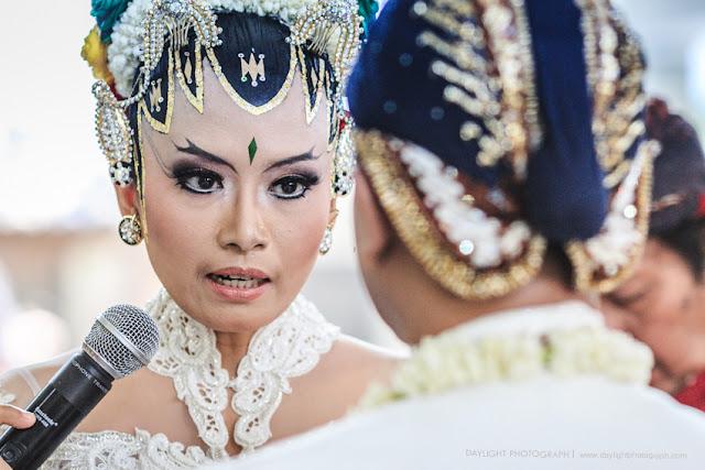 foto ketika pengantin perempuan mengucapkan janji perkawinan terhadap pasangannya dalam perkawinan tradisonal jawa di gereja banteng yogyakarta