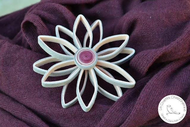 Spilla di carta realizzata a mano modern quilling: fiore 05