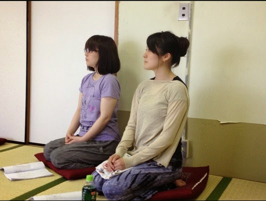 Orang Jepang Duduk Diatas Bantal