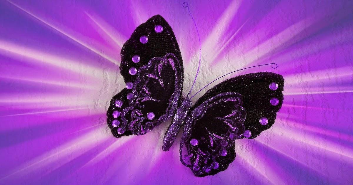 zwart paarse namaak vlinder aan de muur