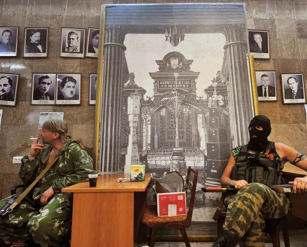 Mercenários durante ocupação do prédio do governo estadual de Donetsk