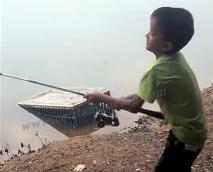 Bocah Jago Mancing Dapat Ikan Patin Besar