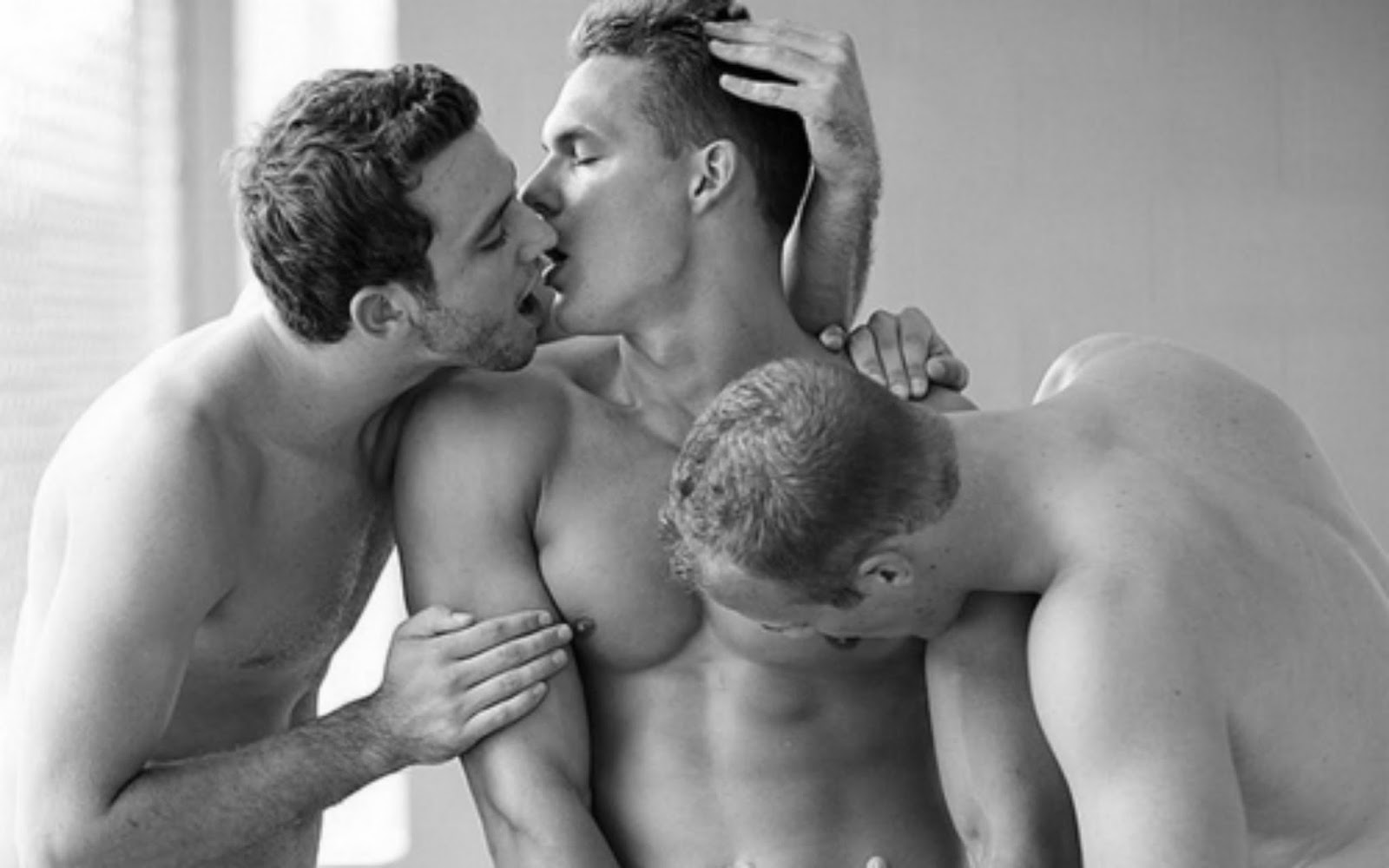 Desejar sexo a três não significa insatisfação com o parceiro