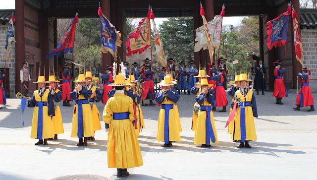 Cambio de la guardia en la puerta principal de Deoksugung