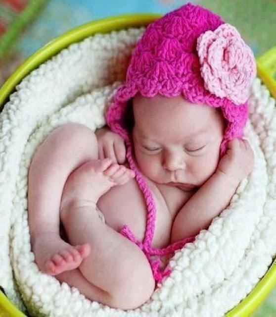 Bébé qui porte un bonnet au crochet