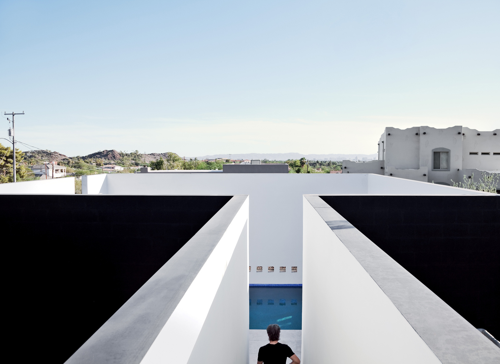 Simplicity love dialogue house phoenix usa wendell burnette architects for Phoenix swimming pool white city