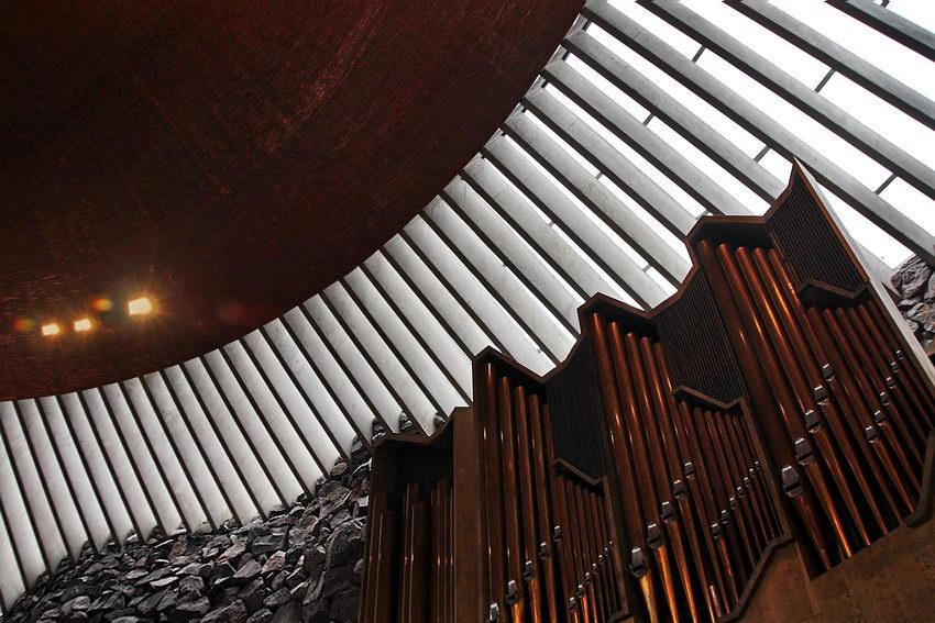 Foto sobre a clarabóia, vista de baixo, apresentando também, uma parte do tecto e  outra do orgão