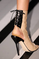 Високи токчета без пръсти с открита пета от Виктория Бекъм