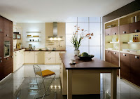 Esta cocina quedó muy elegante con los muebles café oscuro y el contraste con los tonos claros,  además del bonito suelo de cerámica clara brillante
