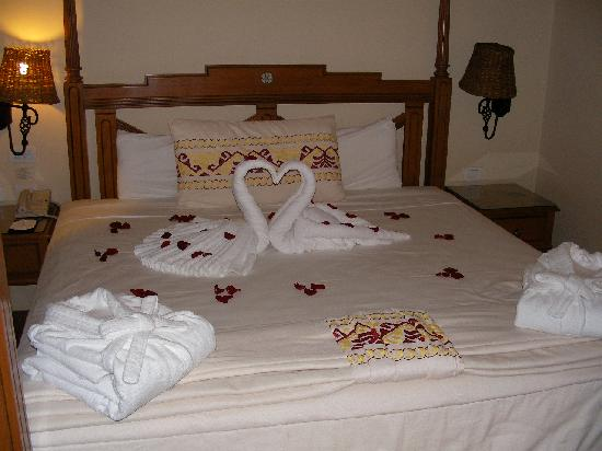 Best Honeymoon Planner: Wedding Night (Golden Night) Room ...