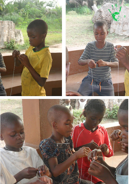 I bambini della Missione in Togo preparano i rosari