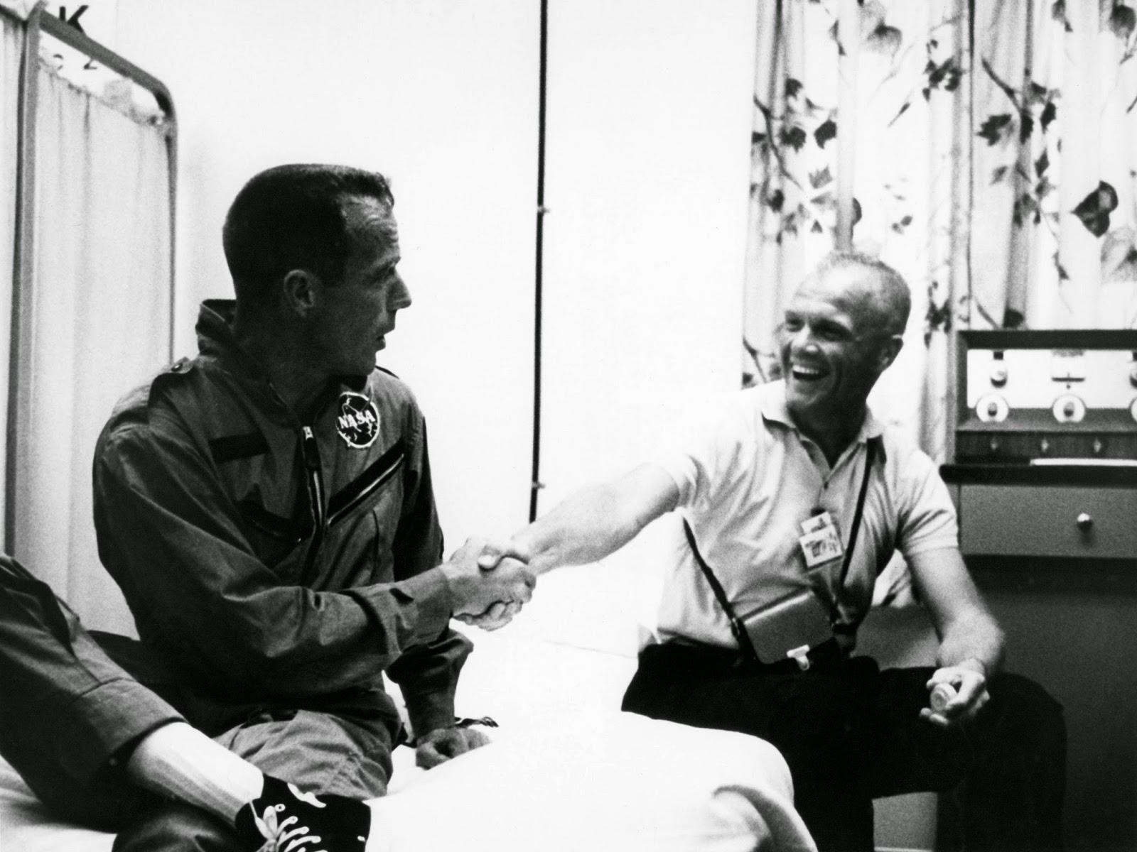 John Glenn felicita al astronauta Carpenter