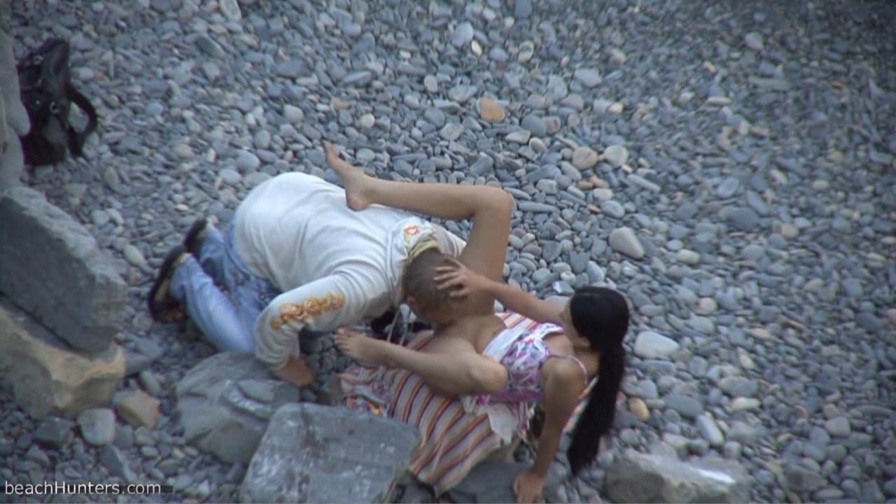 na-dikom-plyazhe-porno-video