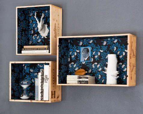 Estanterías con cajas de madera