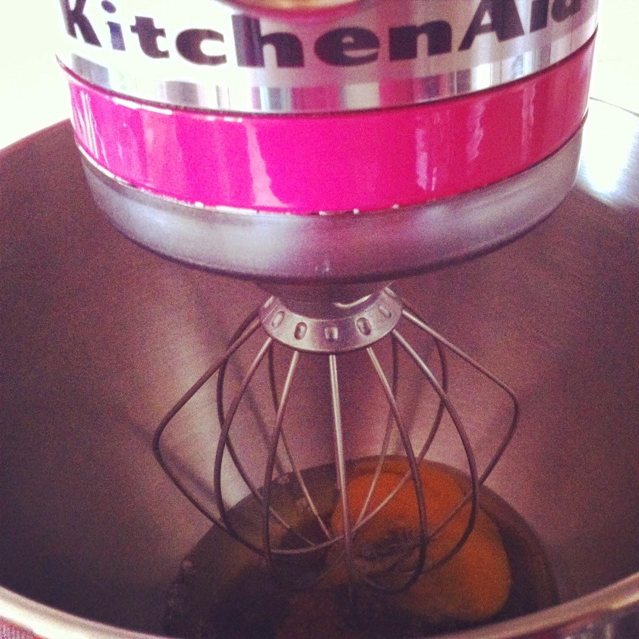Muffins de huesitos, batiendo huevos y azúcar.