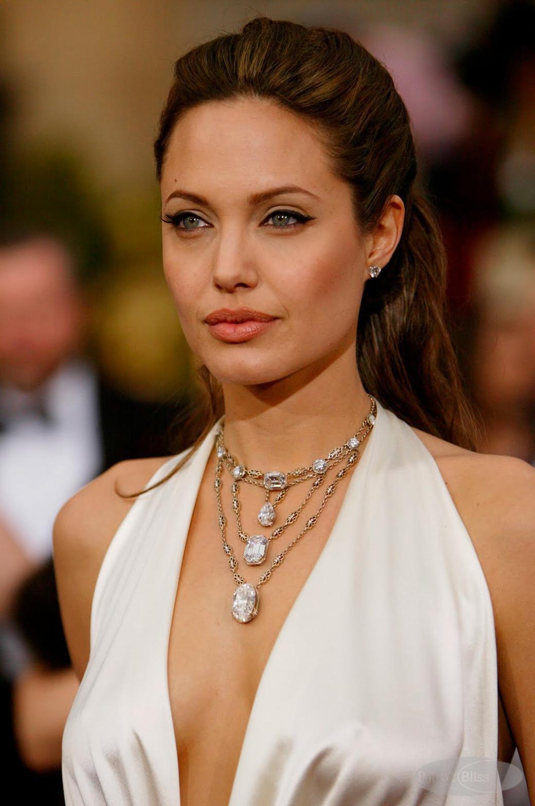 http://2.bp.blogspot.com/-VjizmaPEnhE/USus5QiyfJI/AAAAAAAAFdk/K8vcSdmDkYc/s1600/Ana-Passos-Joias-Angelina-Jolie-Oscar-2004.jpg